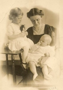 Iva with Dora and baby Mary, 1911