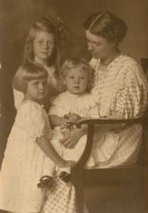 Iva with 4-year-old Mary, Dora, and Betty, 1914